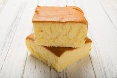 在白色木头的侧视图两海绵蛋糕 图库摄影