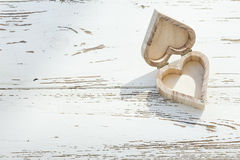 在白色木头的心脏木箱 免版税库存图片