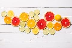 在白色木头的柠檬,蜜桔,橙色和粉红色葡萄柚 免版税库存照片