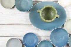 在白色木头的蓝色陶器 免版税库存图片