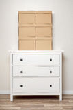 在白色木洗脸台的纸板箱 免版税库存图片