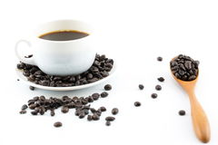 在白色杯子和咖啡豆的咖啡 免版税图库摄影