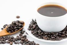 在白色杯子和咖啡豆的咖啡 免版税库存照片