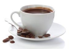 在白色杯子和巧克力片的热巧克力  库存图片