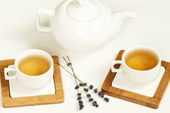 在白色杯子和茶壶的热的茶 免版税库存照片