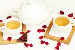 在白色杯子和茶壶的热的茶 库存照片