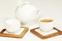 在白色杯子和茶壶的热的茶 图库摄影