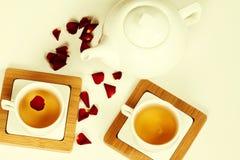 在白色杯子和茶壶的热的茶 免版税库存图片