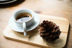 在白色杯子在咖啡店,咖啡休息的无奶咖啡在办公室或在见面以后,苦涩新鲜的无奶咖啡,在杯子的没有糖 图库摄影