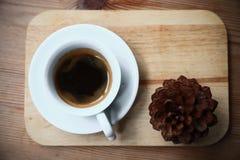 在白色杯子在咖啡店,咖啡休息的无奶咖啡在办公室或在见面以后,苦涩新鲜的无奶咖啡,在杯子的没有糖 免版税库存照片