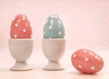 在白色杯子的五颜六色的鸡蛋 免版税库存照片