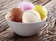 在白色杯子的冰淇凌瓢。 免版税库存图片