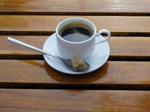 在白色杯子的双重浓咖啡咖啡在木桌上 库存图片