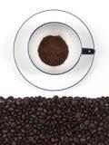 在白色杯子的咖啡有在孤立图象的咖啡种子的 免版税库存照片