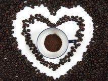 在白色杯子的咖啡粉末在咖啡心脏 库存照片