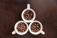 在白色杯子的咖啡豆 免版税图库摄影