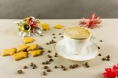 在白色杯子的圣诞节咖啡 库存照片