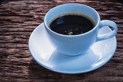 在白色杯子的无奶咖啡在老木背景 图库摄影