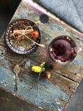 在白色杯子的早晨茶有装饰干花、匙子、桂香和咖啡豆背景的在台式,温暖的口气,早晨 免版税库存照片