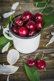 在白色杯子的樱桃 免版税库存照片