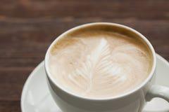 在白色杯子的热奶咖啡 免版税库存图片