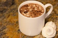 在白色杯子的热巧克力用在棕色大理石的自创法国蛋白甜饼蛋白软糖 库存图片