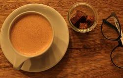 在白色杯子的热巧克力 免版税库存照片