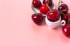 在白色杯子的甜樱桃 库存图片