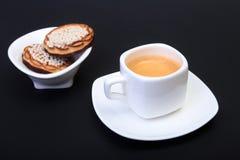 在白色杯子的经典浓咖啡有在黑背景的自创蛋糕的 选择聚焦 图库摄影