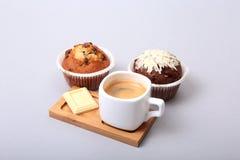 在白色杯子的经典浓咖啡有自创蛋糕和巧克力的在白色背景 库存照片