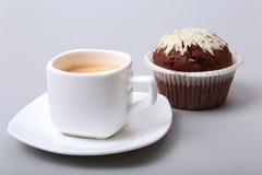 在白色杯子的经典浓咖啡有自创蛋糕和巧克力的在白色背景 免版税库存图片