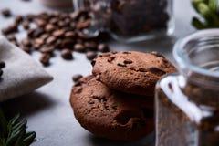 在白色杯子,在手织的餐巾,特写镜头,选择聚焦的巧克力曲奇饼的早晨咖啡 库存图片