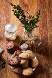 在白色杯子,在手织的餐巾,特写镜头,选择聚焦的巧克力曲奇饼的早晨咖啡 免版税图库摄影