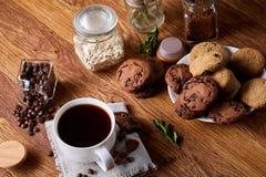 在白色杯子,在手织的餐巾,特写镜头,选择聚焦的巧克力曲奇饼的早晨咖啡 库存照片