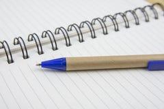在白色板料的笔 与浅景深的宏观图象 免版税库存图片