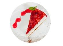 在白色板材供食的草莓乳酪蛋糕 顶视图 查出 库存照片