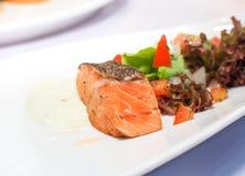 在白色板材供食的鲑鱼排 食物图象 免版税库存图片