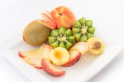 在白色板材关闭的新鲜水果 库存图片