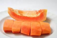 在白色板材切的成熟番木瓜 免版税库存图片