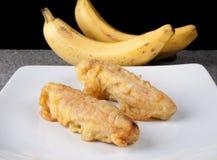 在白色板材切的油煎的香蕉Pisang Goreng印度尼西亚食物 免版税库存图片