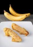 在白色板材切的油煎的香蕉Pisang Goreng印度尼西亚食物 库存图片