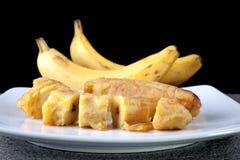 在白色板材切的油煎的香蕉Pisang Goreng印度尼西亚食物 免版税库存照片