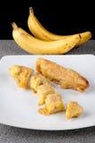 在白色板材切的油煎的香蕉Pisang Goreng印度尼西亚食物 库存照片