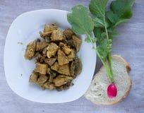 在白色板材和庭院萝卜的油煎的肉在切片bre 库存图片