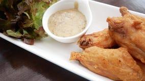 在白色板材和有机菜,美妙地装饰的炸鸡、调味汁 股票录像