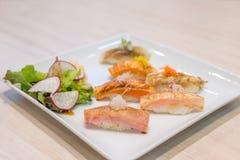 在白色板材烤的混合寿司;日本食物 免版税库存照片