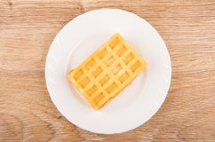 在白色板材的一个奶蛋烘饼在木桌上 库存照片