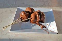在白色板材的两巧克力canapés 免版税库存图片