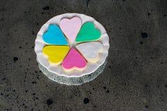 在白色板材的六五颜六色的多彩多姿的心脏 免版税图库摄影
