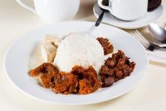 在白色板材的印度尼西亚食物Gudeg 免版税库存图片